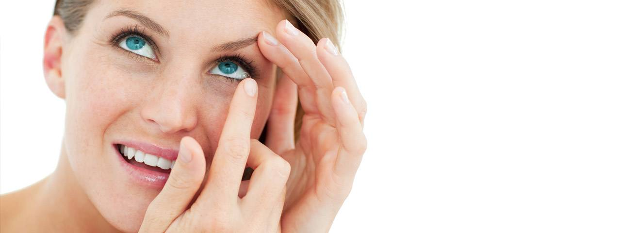 attractive_blond_putting_in_contact_lens1280x480-1-1